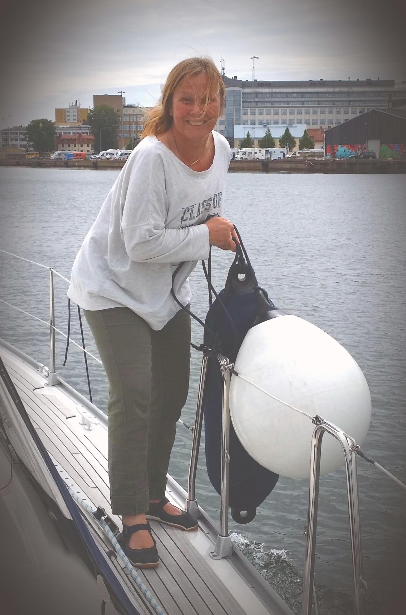 Tiina fixar med fendrar ombord på SY Sofia